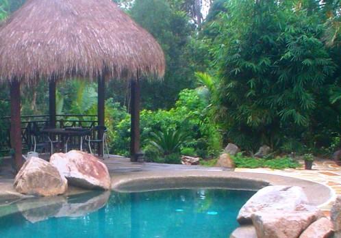 Boulder edge setting with Bali Hut